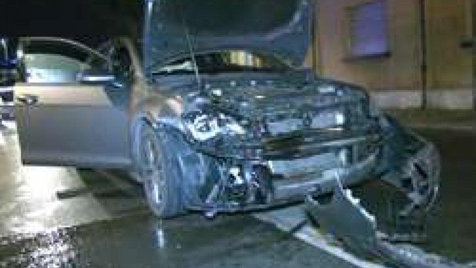 conducente va a sbattere e resta incastrato in auto