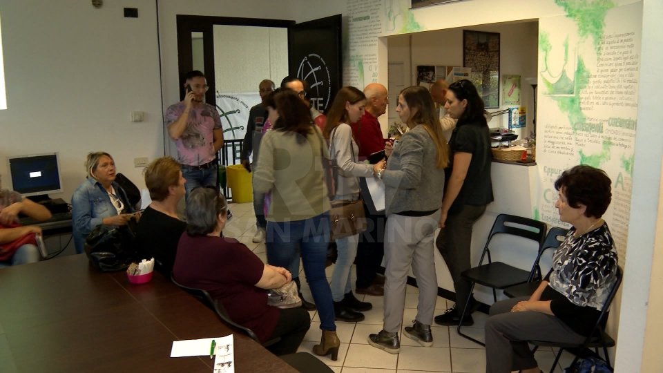 I cittadini firmano la lista del movimento: 'Più del necessario'