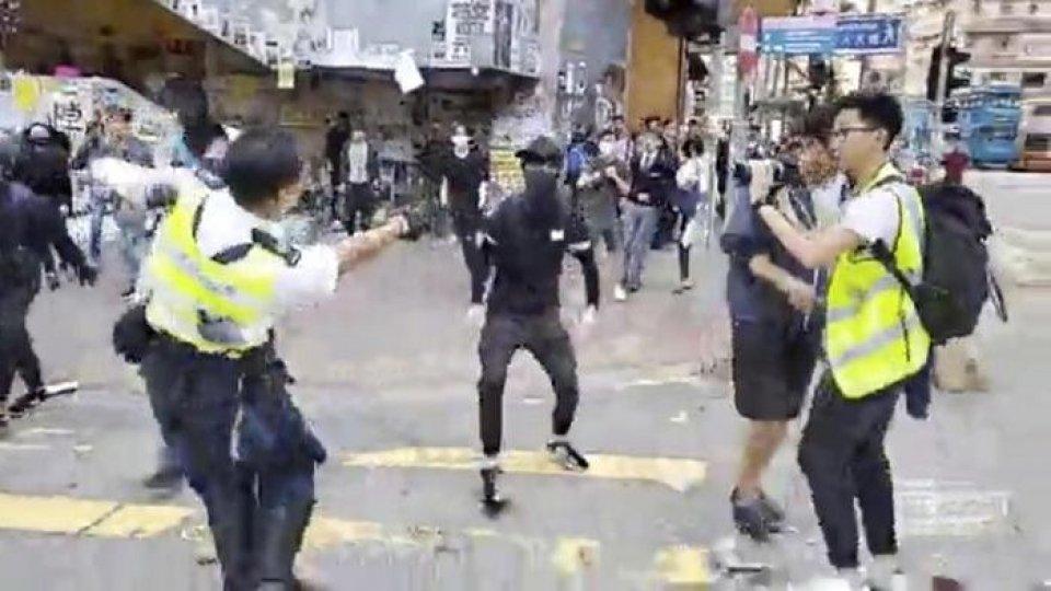 La polizia in procinto di sparare ai manifestanti. Foto @CNA