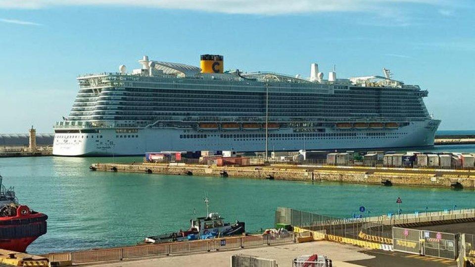 La nave Costa Smeralda ancorata a Civitavecchia. Foto ANSA