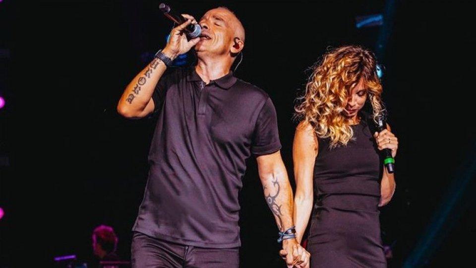 Eros Ramazzotti e Monica Hill sul palco a settembre (foto facebook @monicahillfanclub)