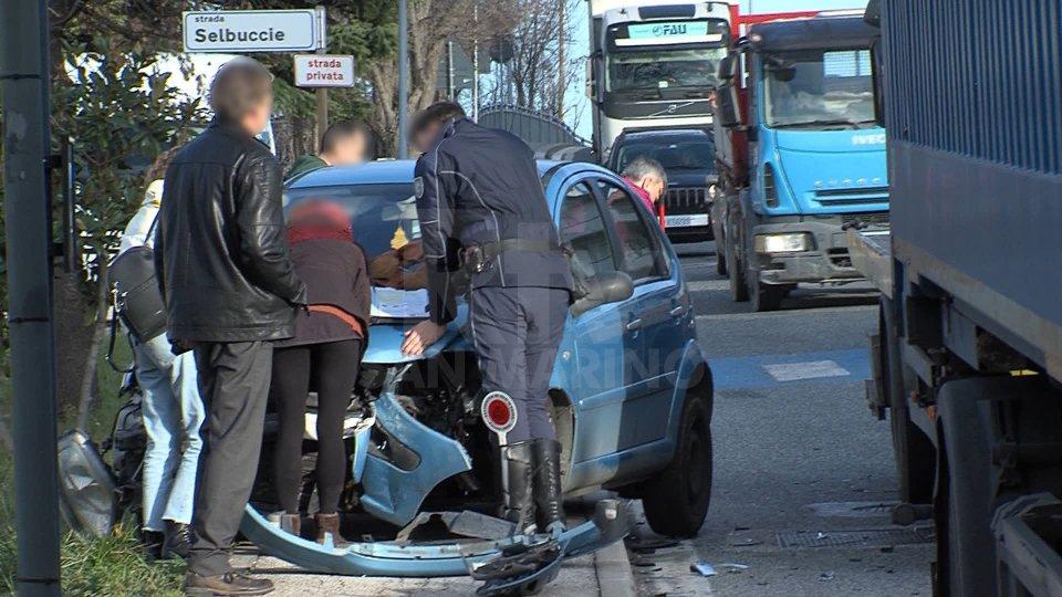 Incidente a Borgo Maggiore: auto tampona camion con rimorchio