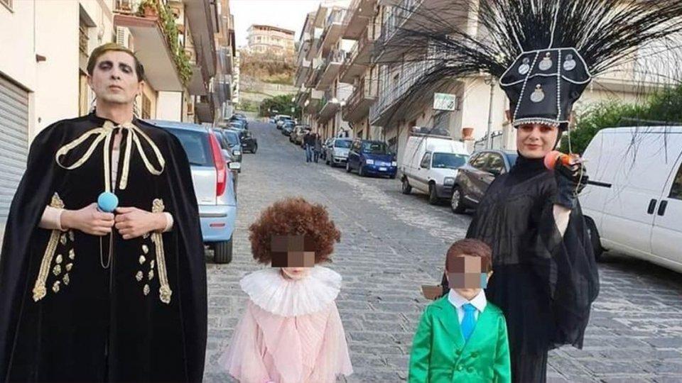 Arriva il Carnevale, intera famiglia si traveste da Achille Lauro