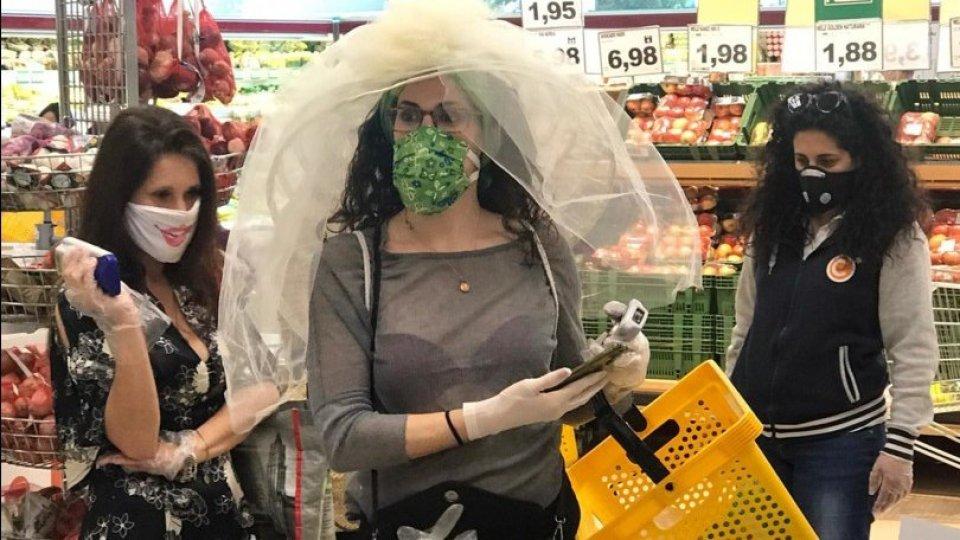 Festeggia l'addio al nubilato con le amiche al supermercato
