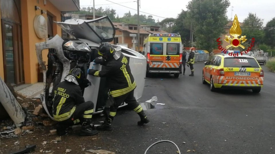 Incidente a Rimini, intervenuti i Vigili del Fuoco per estrarre la conducente