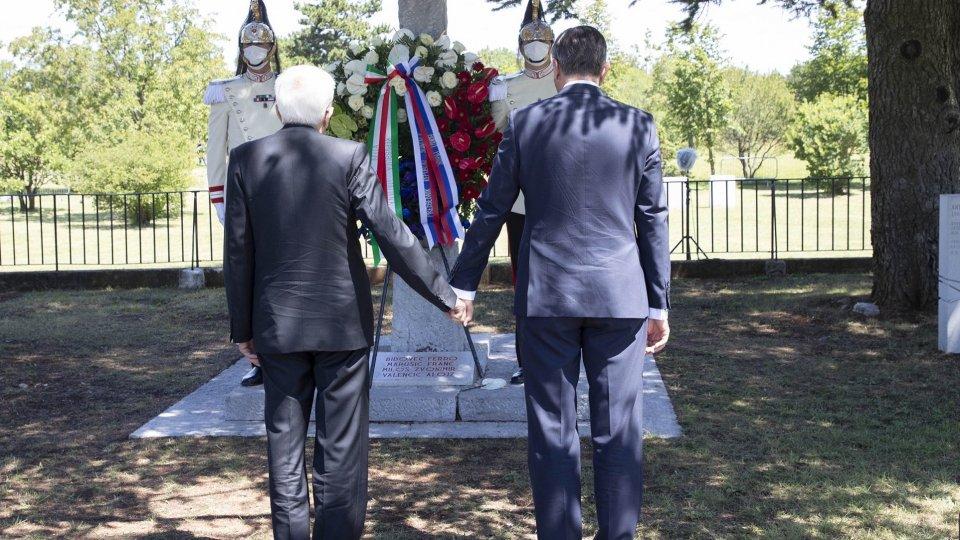Il Presidente Mattarella e il Presidente della della Slovenia Pahor depongono una corona di fiori alla foiba di Basovizza e al Monumento ai caduti Sloveni. Foto Twitter @Quirinale