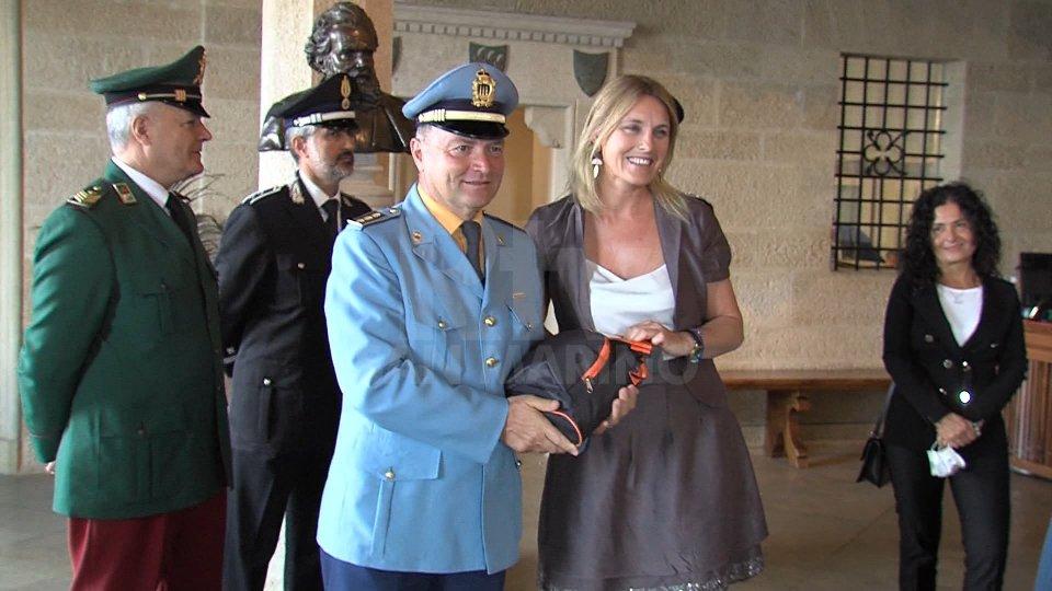 Il comandante Athos Gattei alla consegna dei defibrillatori