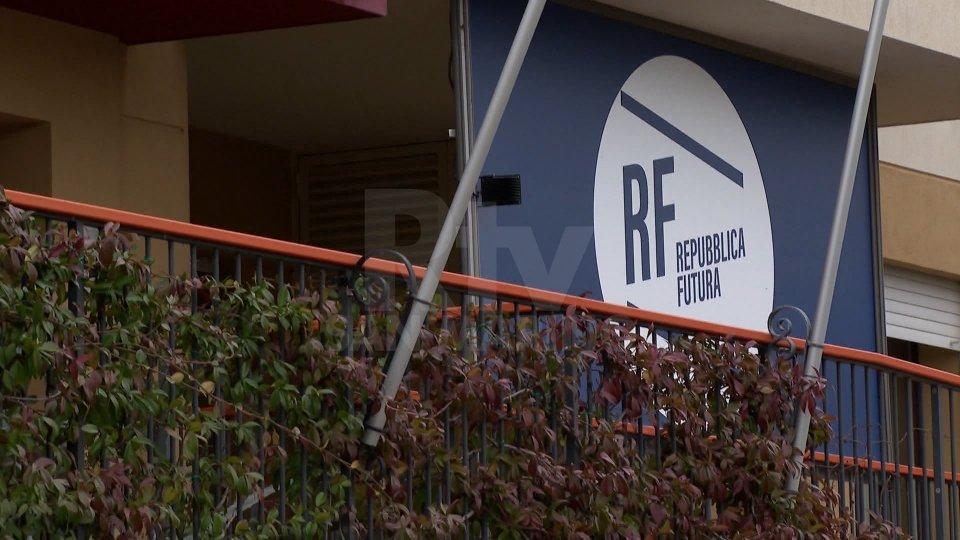 Repubblica Futura: pietra tombale sul porta a porta