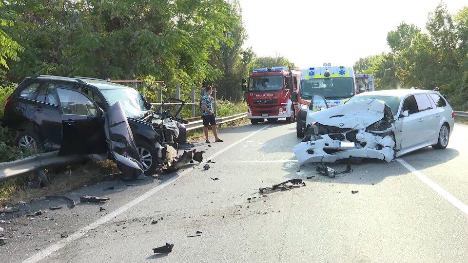 Incidente stradale a San Giovanni in Marignano, due auto completamente distrutte