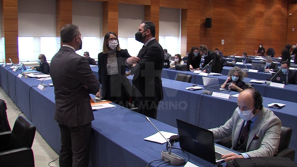 L'opposizione lamenta ritardi e chiede risposte su ristori e vaccinazioni