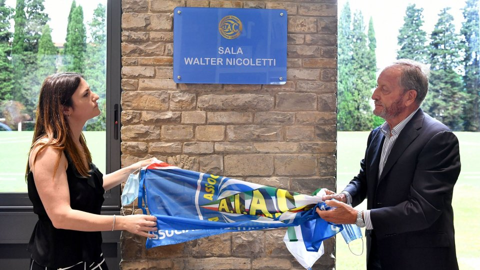 Il presidente AIAC Renzo Ulivieri e Linda Nicoletti scoprono la targa dedicata a Walter Nicoletti (Foto: AIAC)