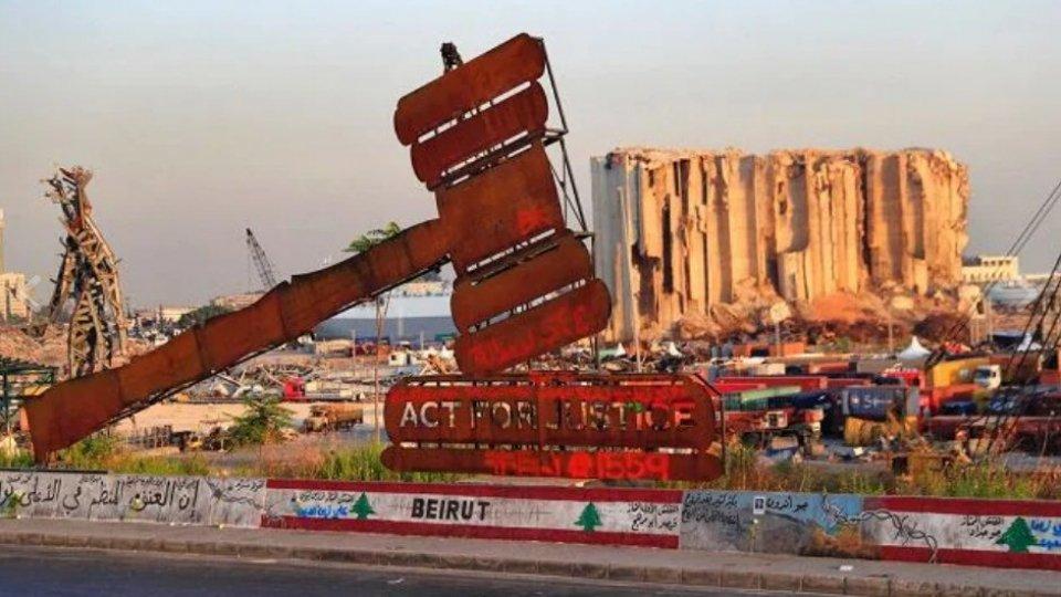 Il monumento di fronte al porto di Beirut (Rainews)