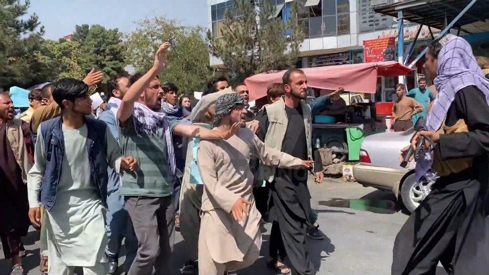 """Afghanistan, l'Unesco: """"rischio di catastrofe generazionale"""". Partito secondo aereo da Kabul"""