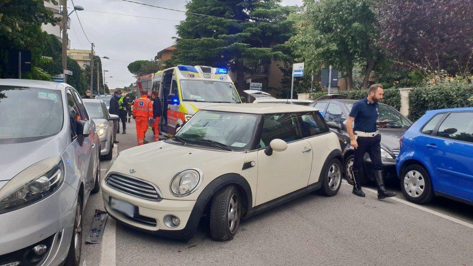 Sammarinese perde controllo della Mini e urta 3 auto [fotogallery]