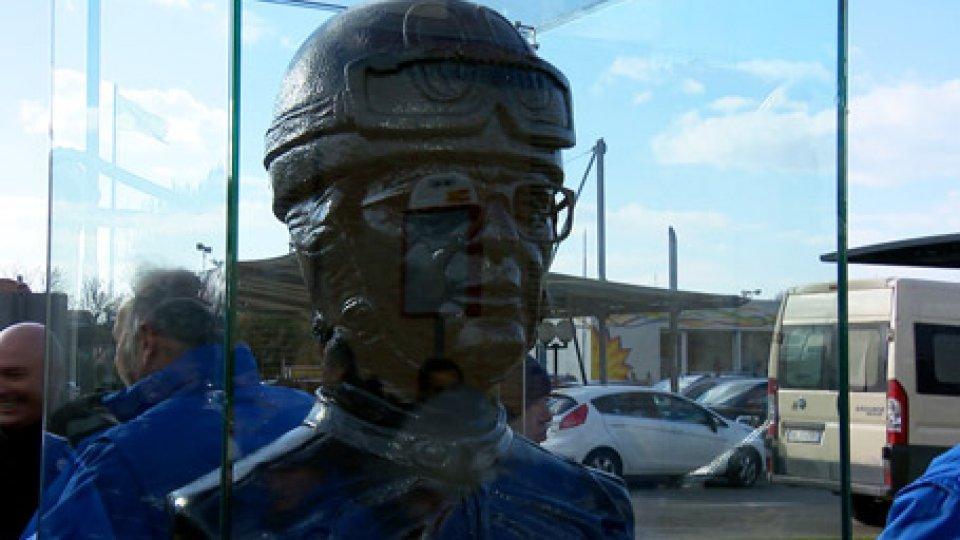 Il busto di Renzo PasoliniTra la Colonnella e l'officina di casa, un busto per Renzo Pasolini