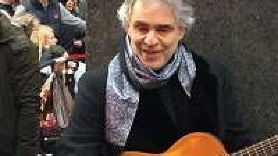 Andrea Bocelli canta in strada a Times Square per i senzatetto