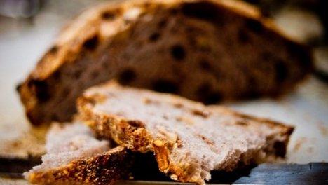 Pan dei Morti, piccoli panini dolci, a base di biscotti sbriciolati, con frutta secca e confezionati su ostie o spolverati di zucchero a velo tipici della Lombardia