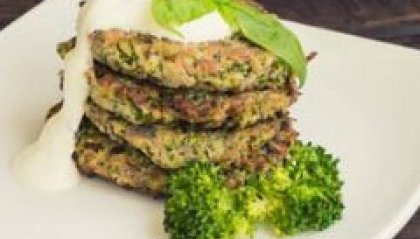 Pancakes salati ai broccoli, spinaci e salsa yogurt