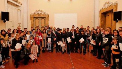 Pesaro: il sindaco Ricci consegna Costituzione e bandiera a 150 nuovi cittadini