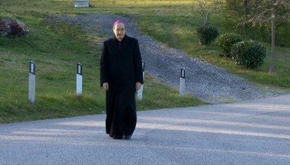 Da solo, in preghiera, davanti alla reliquia del Santo Marino