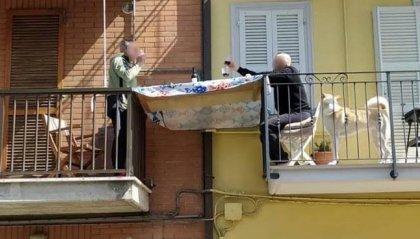 Covid-19: due vicini di casa creano la tavola su misura