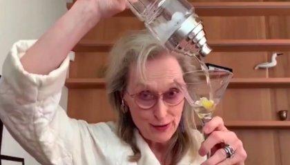 Meryl Streep canta in accappatoio e brinda con un Martini in diretta su Zoom
