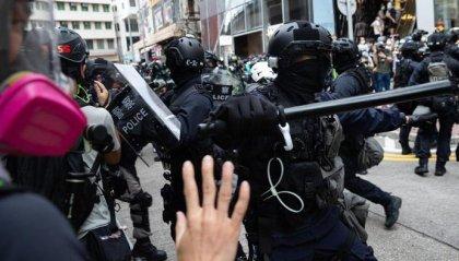 Hong Kong: spray urticanti, lacrimogeni e cannoni ad acqua contro i manifestanti. Almeno 150 arresti