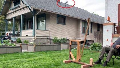 Due vicini creano una catapulta lancia birra da un cortile all'altro