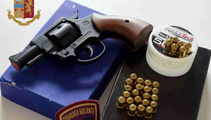 Rimini, spara con la sua pistola a salve. Denunciato per procurato allarme ed esplosioni pericolose