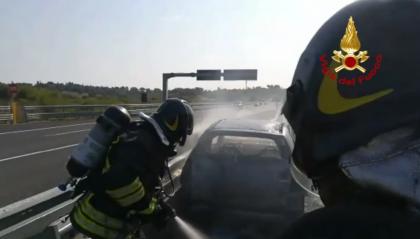 Auto in fiamme in autostrada: intervengono i Vigili del Fuoco