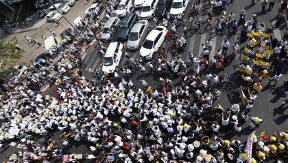 """Birmania: Giunta militare minaccia i manifestanti """"Rischiate di morire"""""""