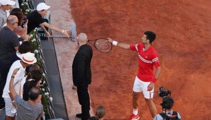 Djokovic e la racchetta al piccolo tifoso