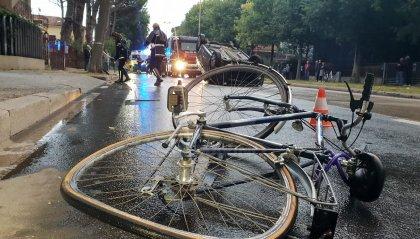 Carambola a Rimini: auto investe ciclista e finisce cappottata